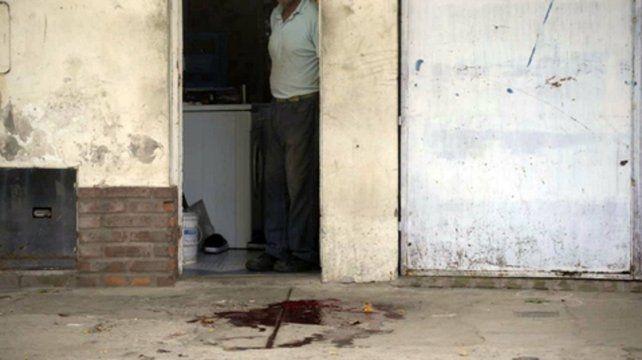 En la vereda. Mancha de sangre en el lugar donde cayó Chupete Strambi.