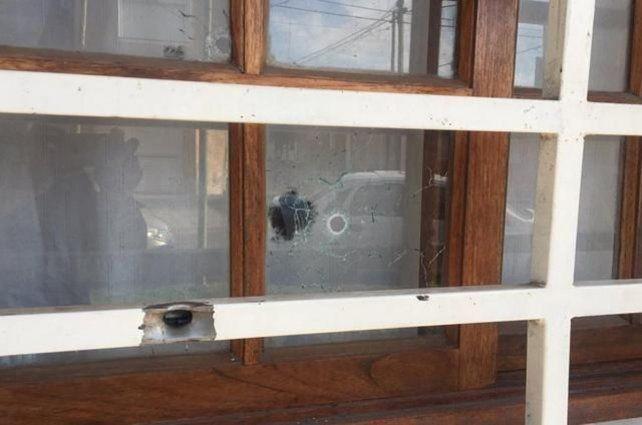 Algunos de los disparos ingresaron por la ventana. El sindicalista y su familia resultaron ilesos.
