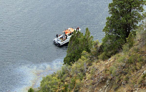 Un equipos de buzos con un robot encontró el cuerpo a unos cien metros de profundidad.