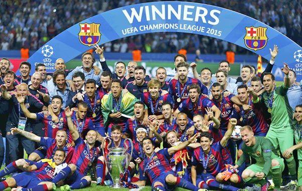 Todos con la Copa. Con Messi custodiándola y Mascherano a su derecha. Un festejo repetido de este Barcelona
