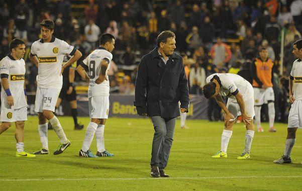 El final del partido ante Godoy Cruz muestra el descontento del técnico y de los jugadores.