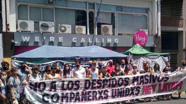Los trabajadores de Hey Latam reclamaron frente a la sede de la empresa