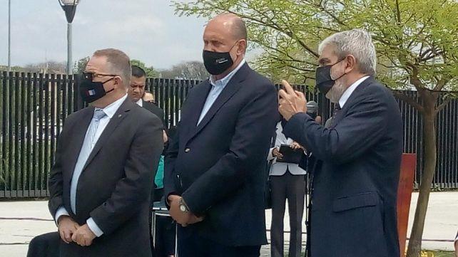 El gobernador (centro) estuvo acompañado por los ministros de Seguridad provincial y nacional