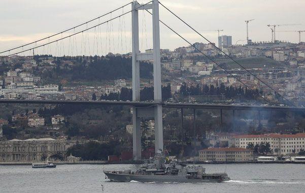 A toda máquina. Una fragata ucraniana atraviesa Estambul a través del Bósforo camino a su base en el mar Negro.
