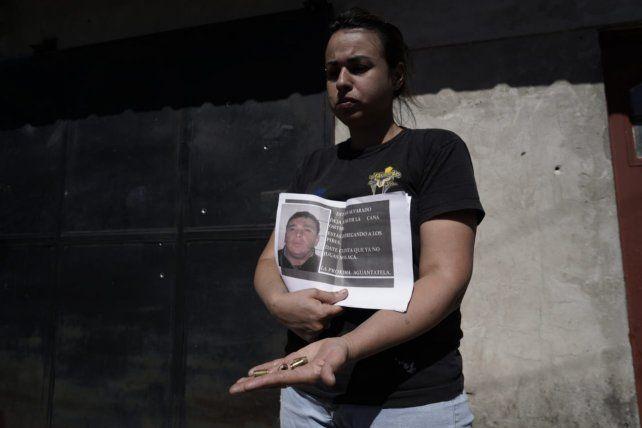Romina exhibe los casquillos de las balas y el mensaje que estaba dirigido a Esteban Alvarado.