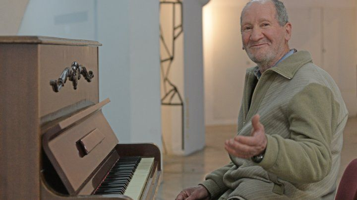 Marciano Troncoso disfruta ejecutando el piano.