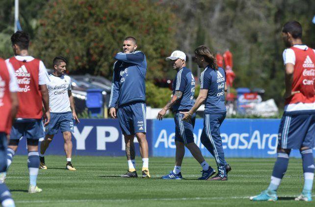 Buscando soluciones. Mauro Icardi hizo fútbol en la práctica de ayer. Sampaoli y Beccacece