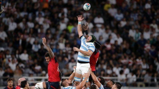 No llegó alto. Matías Alemanno disputa un line. Argentina tiene la última oportunidad de mostrar una buena imagen en Japón.