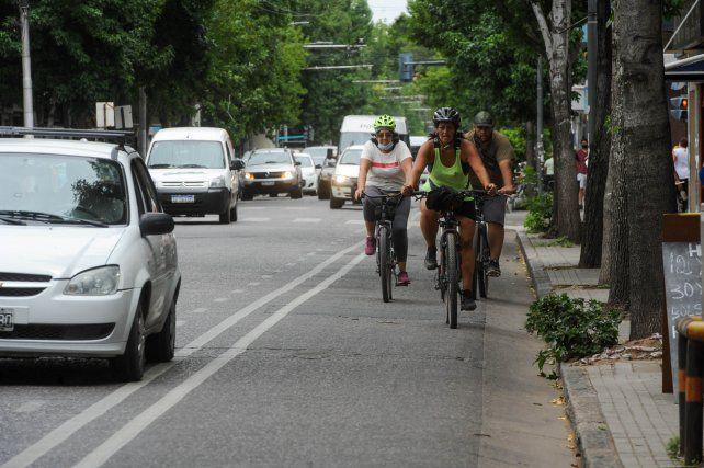 Organizaciones de ciclistas advierten que hay que dotar a las bicisendas de más elementos de separación física.