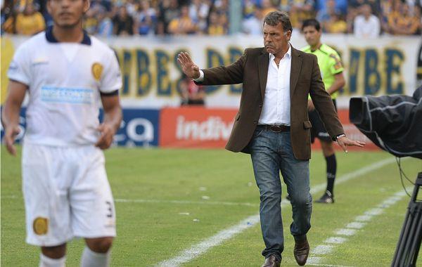 Miguel Angel Russo da indicaciones esta tarde en el Gigante. (Foto: A. Celoria)