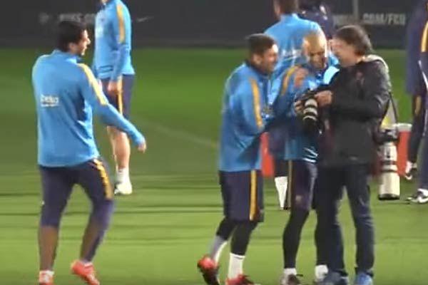 Una práctica distendida del Barcelona y Lionel Messi que despliega su magia.