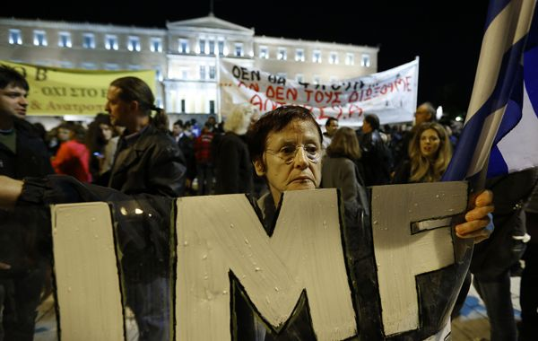 Protestas contra el FMI (IMF) frente al Parlamento griego anoche. El ajuste prevé recortes por 9.400 millones de euros.