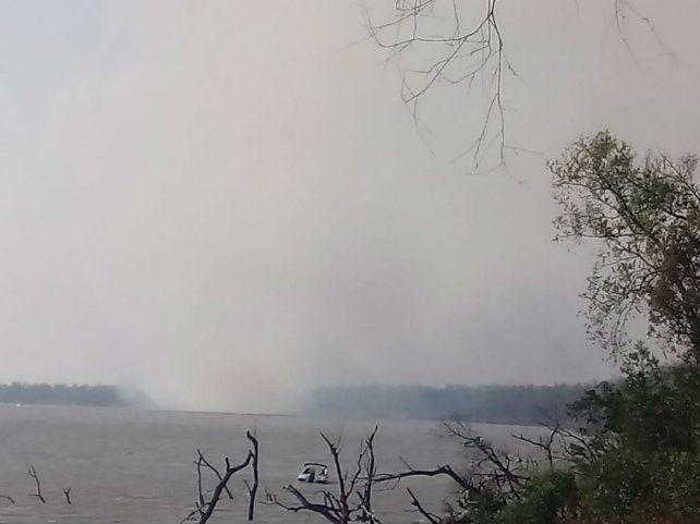 Columnas de humo. Los vecinos se cansan de tomar imágenes de los efectos del fuego en el humedal.