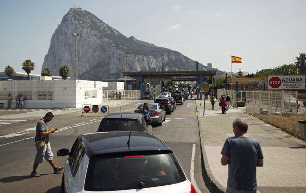 Presión. España obliga a los gibraltareños a largas esperas en la frontera.