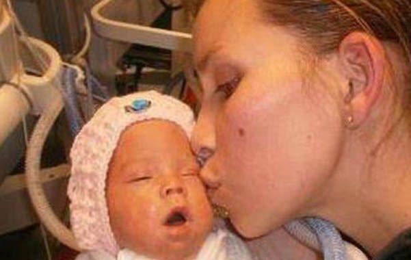 A salvo. La beba milagrosa junto a su madre