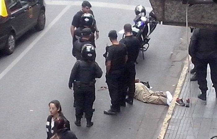 El hombre de unos 50 años quedó tendido en el piso luego de ser golpeado en la cabeza por varias personas (Foto: @ausjprubio)