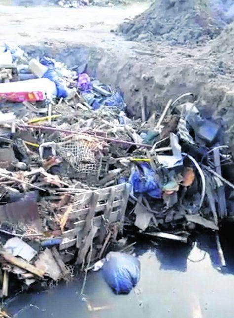 entierro. Los vecinos temen que los residuos soterrados sean una fuente de contaminación de las napas.