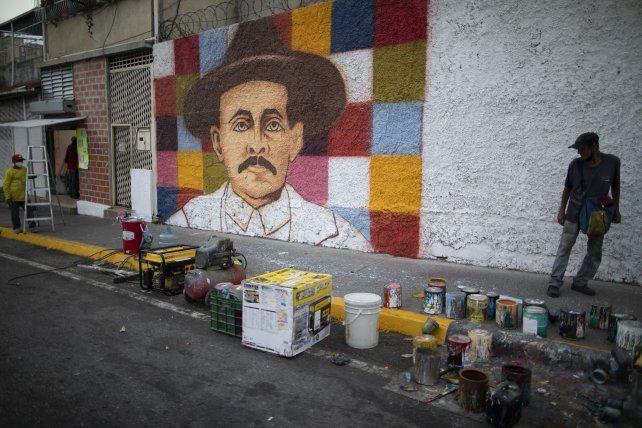 Un mural del beato Hernández en un barrio popular de Caracas. Los venezolanos quieren que sea consagrado santo.