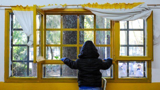 Abrigos, estufas y hasta mantas: estrategias para dar clases con las ventanas abiertas