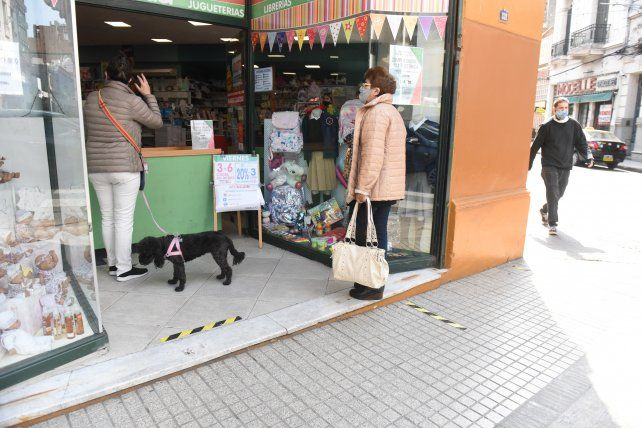En los comercios sólo se puede retirar la mercadería y está prohibido permanecer en el local.