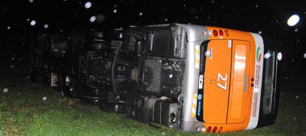 Un colectivo fue tumbado por el viento en la autopista a Santa Fe a la altura del kilómetro 15 y no se registraron víctimas fatales. (Foto: E. Rodríguez Moreno)