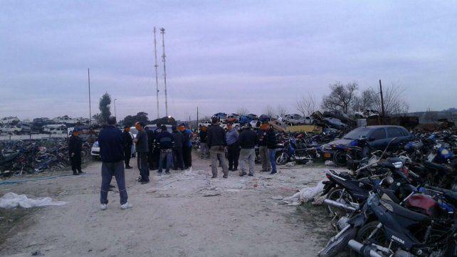 Efectivos policiales y personal de la Justicia durante el allanamiento de ayer en el Depósito Judicial.