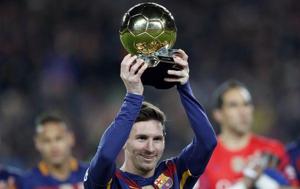 Para la gente. El rosarino compartió el Balón de Oro con los hinchas culés.