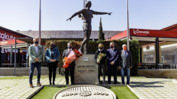 En el homenaje se colocaron un ramo con 14 rosas rojas -en honor al mítico dorsal como jugador de Cruyff- y otro de tulipanes a los pies de la estatua que recuerda al recordado deportista.