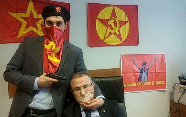 Espeluznante. Un terrorista amenaza al fiscal Kiraz. La autofoto fue colgada en la red antes del desenlace fatal.