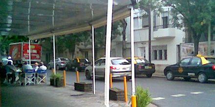 Los taxis están, pero parados en esquinas de los bares: ¿y el servicio público?