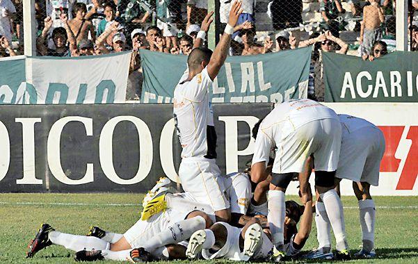 Los jugadores de Central festejando cuando el Zapito Encina convirtió de penal.