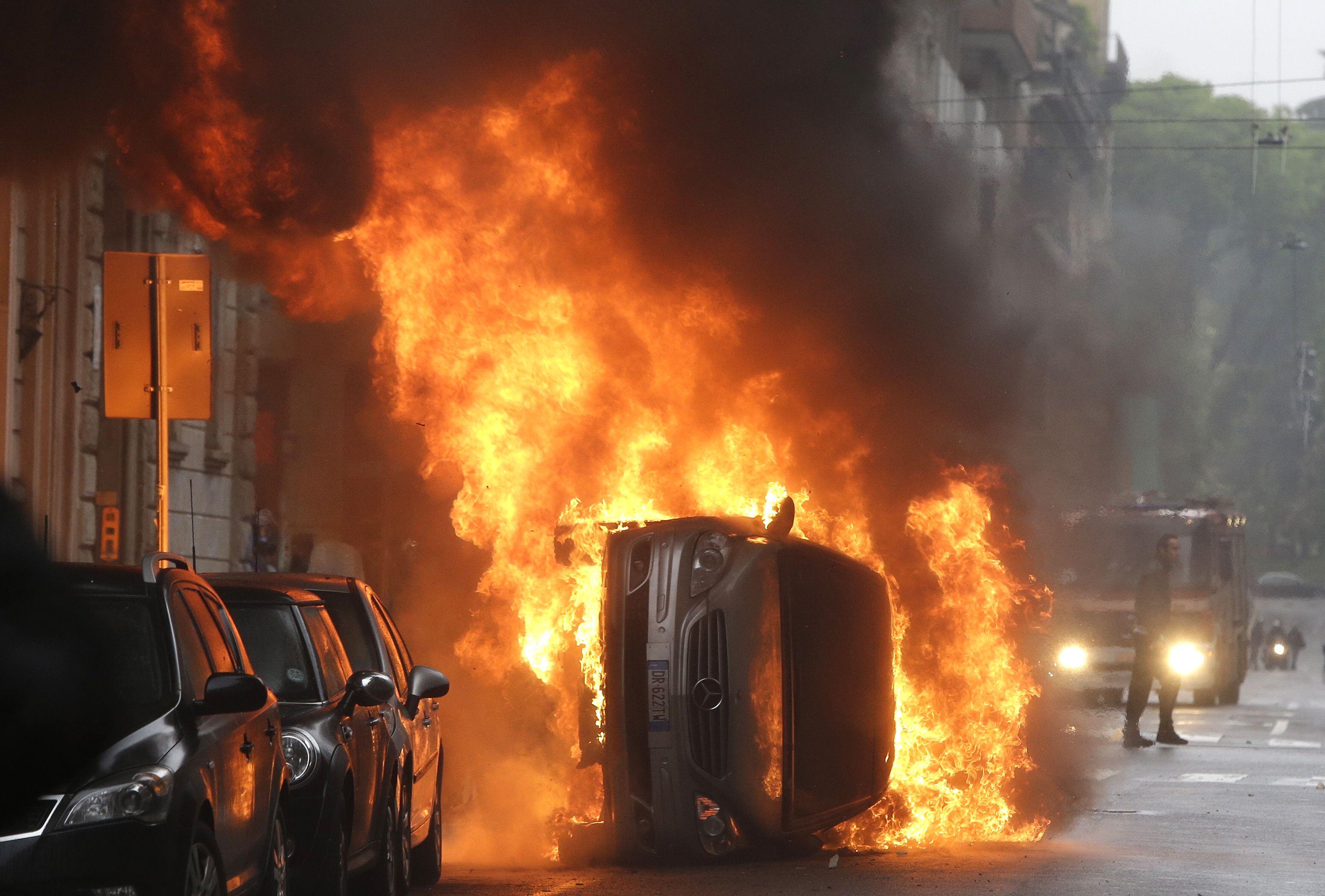 Manifestantes opositores a la Exposición Universal Milán 2015 causaron graves desmanes en el centro de la ciudad.