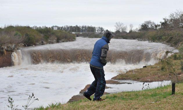 El arroyo Saladillo a la altura del Parque Sur continuaba hoy con un abundante caudal de agua.