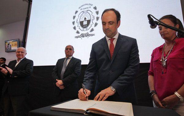 Firma. Ante el aplauso y la atenta mirada del nuevo gobernador de Santa Fe