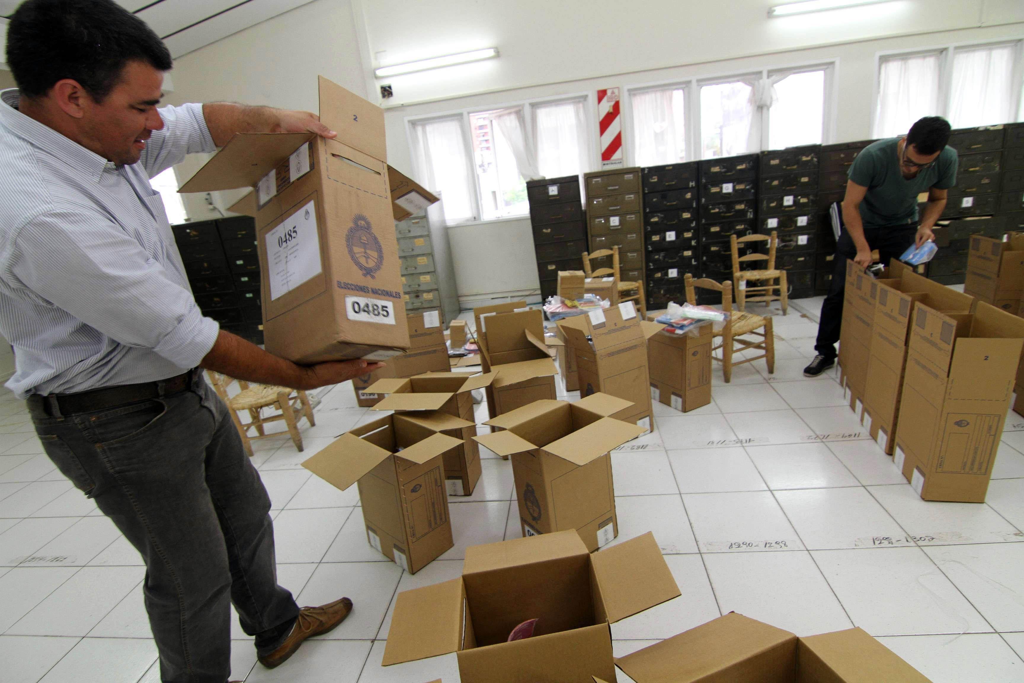 Ayer comenzaron los preparativos electorales con las urnas a utilizar en todo el país.
