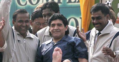 Maradona llegó a la India y fue recibido por unas 50 mil personas