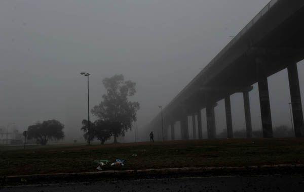 La niebla complica la vicibilidad en el puente a Victoria. (Foto: C. Mutti Lovera)