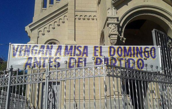 La iglesia Nuestra Señora del Perpetuo Socorro y la llamativa pancarta.