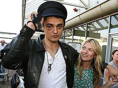 El músico inglés también compartió sus adicciones con su ex novia la famosa mopdelo Kate Moss.