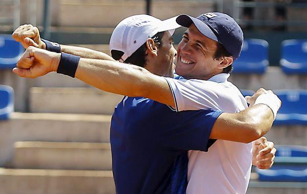 Bagnis(derecha) festeja el oro en dobles junto a Andreozzi en los Odesur de Santiago de Chile