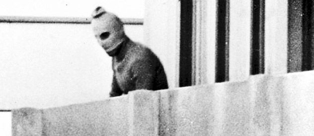 Un miembro enmascarado de la facción palestina Septiembre Negro que tomó como rehenes a la delegación israelí observa aquel 5 de septiembre de 1972 desde un balcón de la villa olímpica.