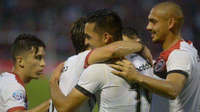 Abrazos para el paraguayo. Oviedo puso el 1-0 parcial en el Coloso.