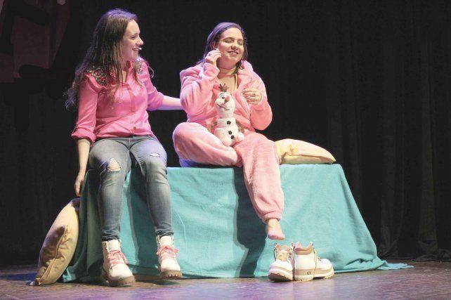 Superación. Angie Sammartino y su hermana Vir son las protagonistas de esta obra que explora las diferentes etapas de una relación tóxica y las retrata con mucho humor.