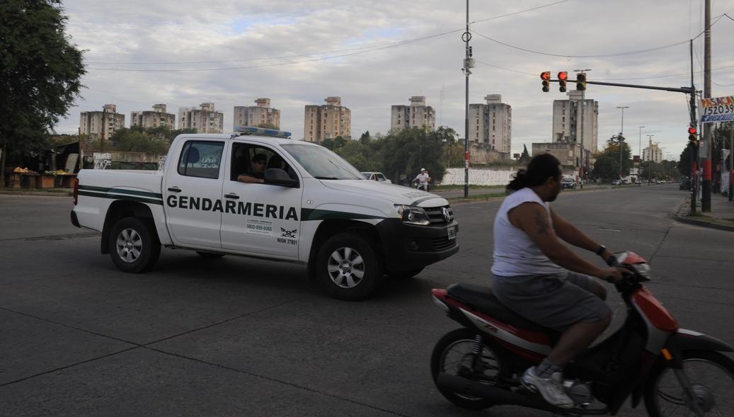 Un móvil de Gendarmería patrullaba ayer la zona de Uriburu y Grandoli