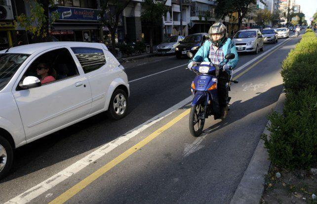 Riesgo inminente . Las motos invaden fácilmente el espacio de las bicicletas.