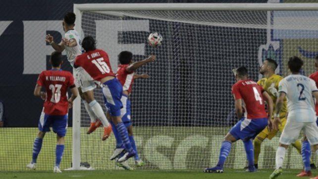 Nico González mete el testazo que significó la igualdad 1 a 1 con que se fueron al entretiempo.