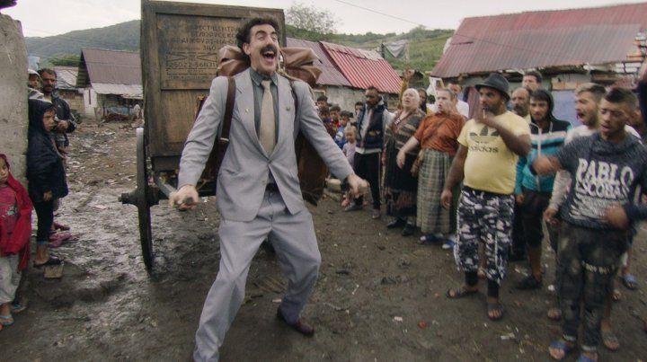Sacha Baron Cohen como Borat Sagdiyev. Borat recibe la misión de llevar a su hija en una jaula para entregársela al expresidente Donald Trump.