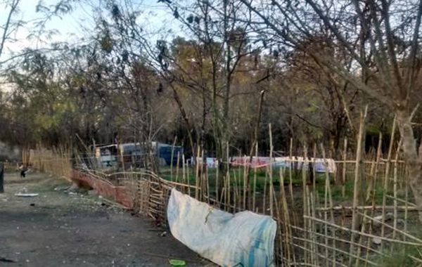 Las familias ocupaban terrenos usurpados. (foto Twitter @Canal5deRosario)
