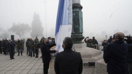 El intendente Javkin y el gobernador Perotti izaron la bandera. De fondo, la espesa neblina.