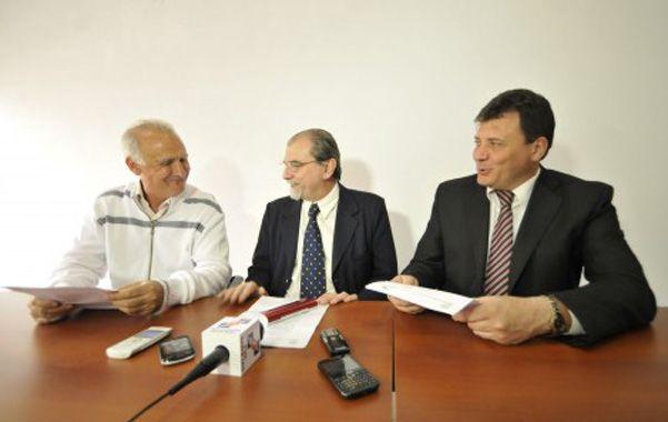 Decreto. El titular de Vialidad Provincial entrega copia de los decretos a los intendentes De Grandis y Raimundo.
